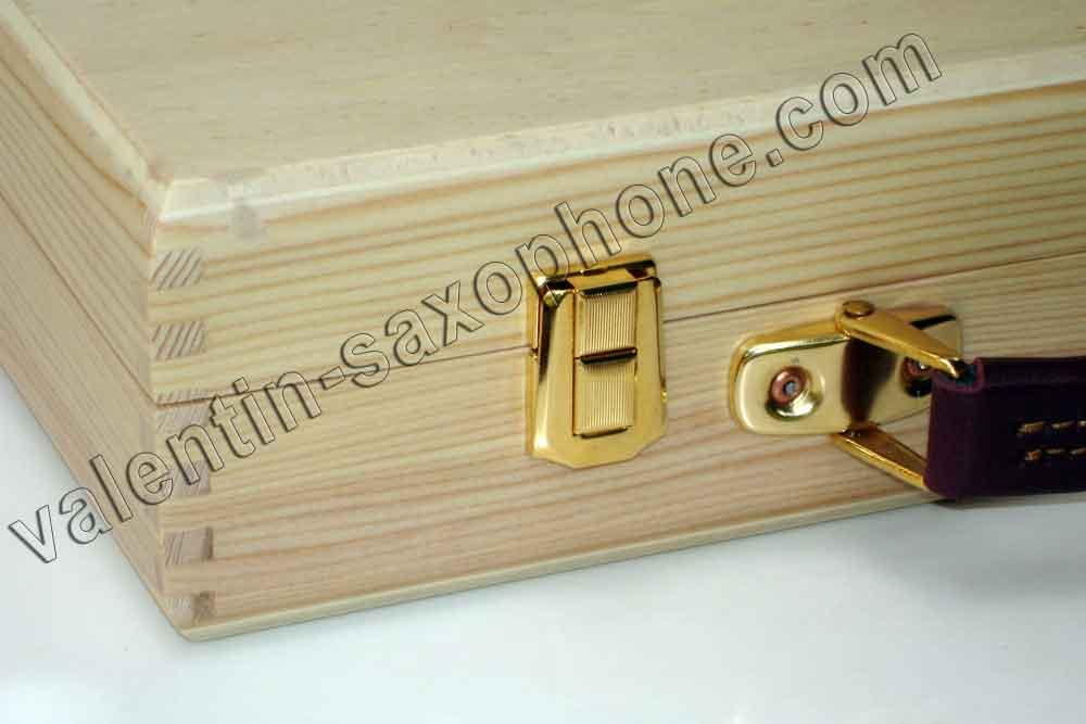 Valentin cases : Those cases are designed and handmade by myself.<br>Thin gold plated latches and deluxe leather handle.<br>This showcase will highlight your favorite mouthpieces.