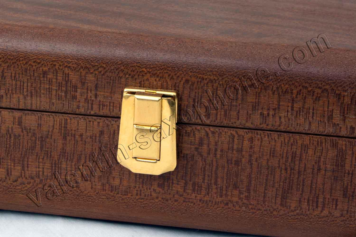 Valentin cases : Here a Deluxe soprano clarinet mouthpieces case with a gold plated latch.