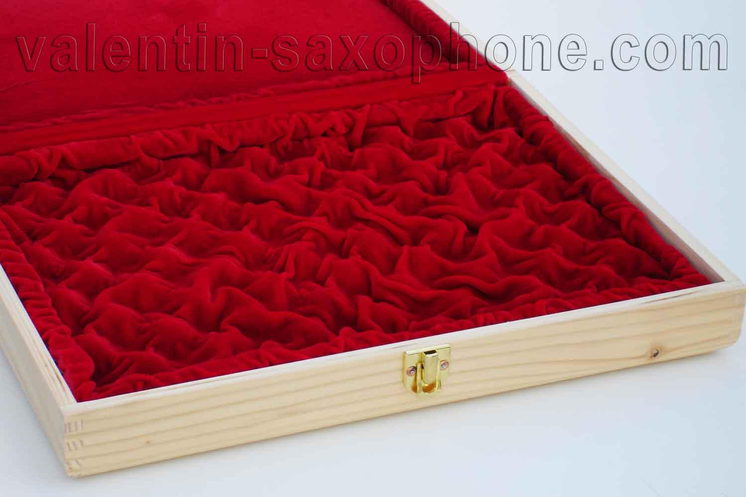 Valentin cases : A luxurious extremely soft red velvet completes the internal arrangement.