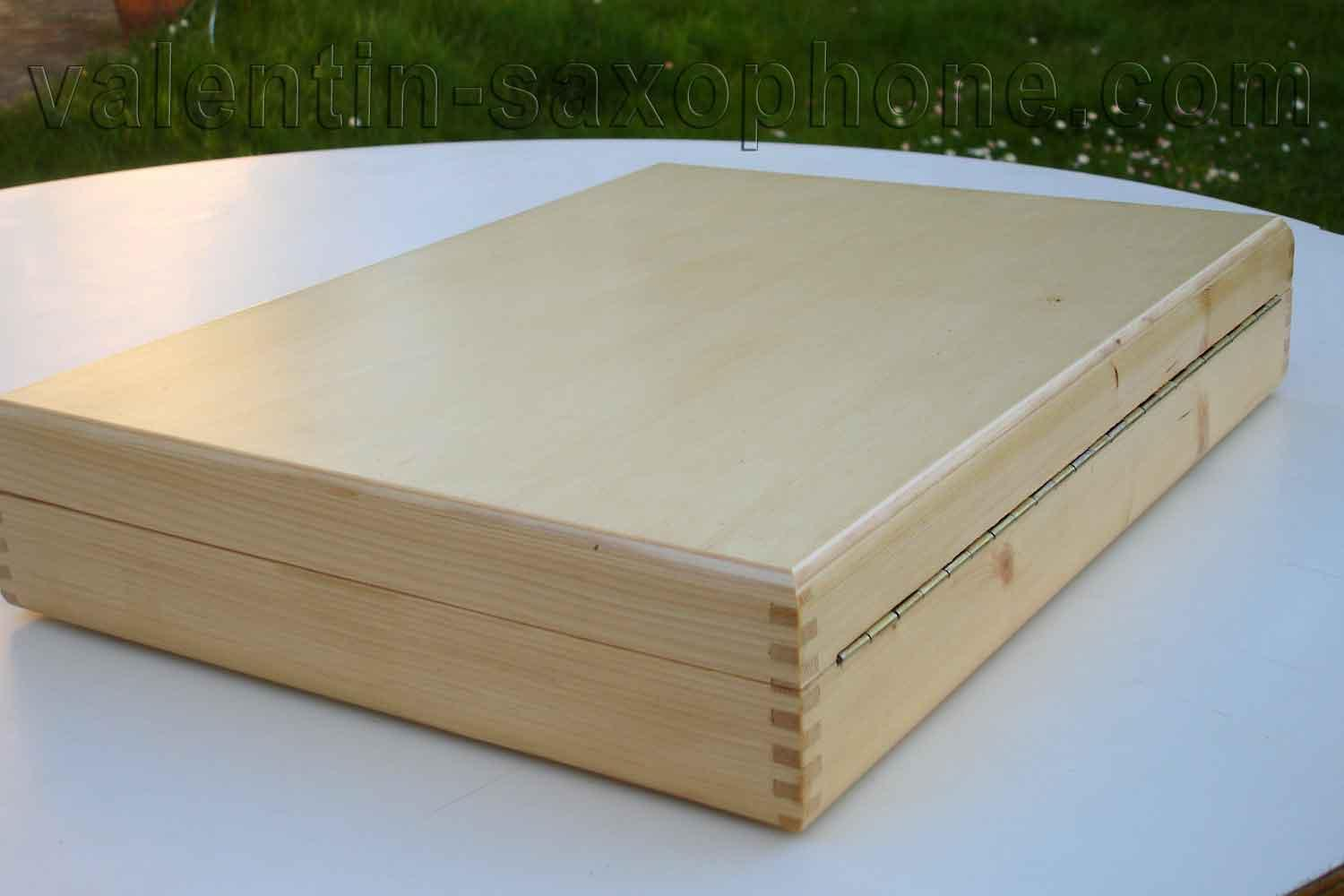 Valentin cases : The box frame is in white pine wood, assembled in finger joint.<br>This traditional method is known for its strength and lightness.