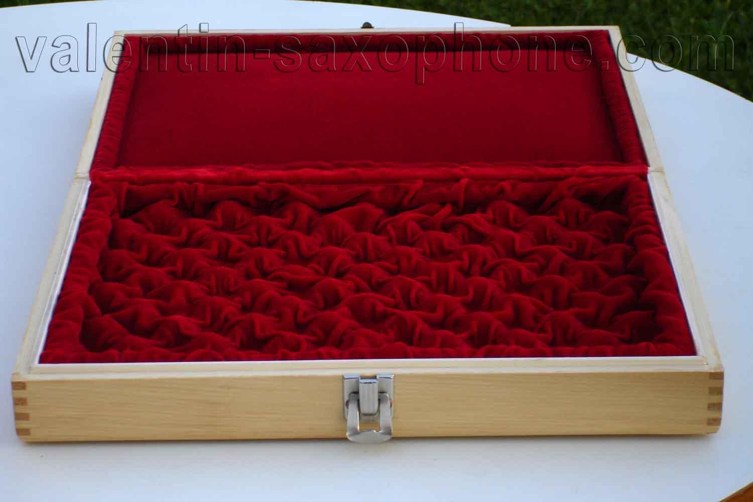 Valentin cases : A luxurious extremely soft red velvet completes the internal arrangement.<br>The sides are paded.