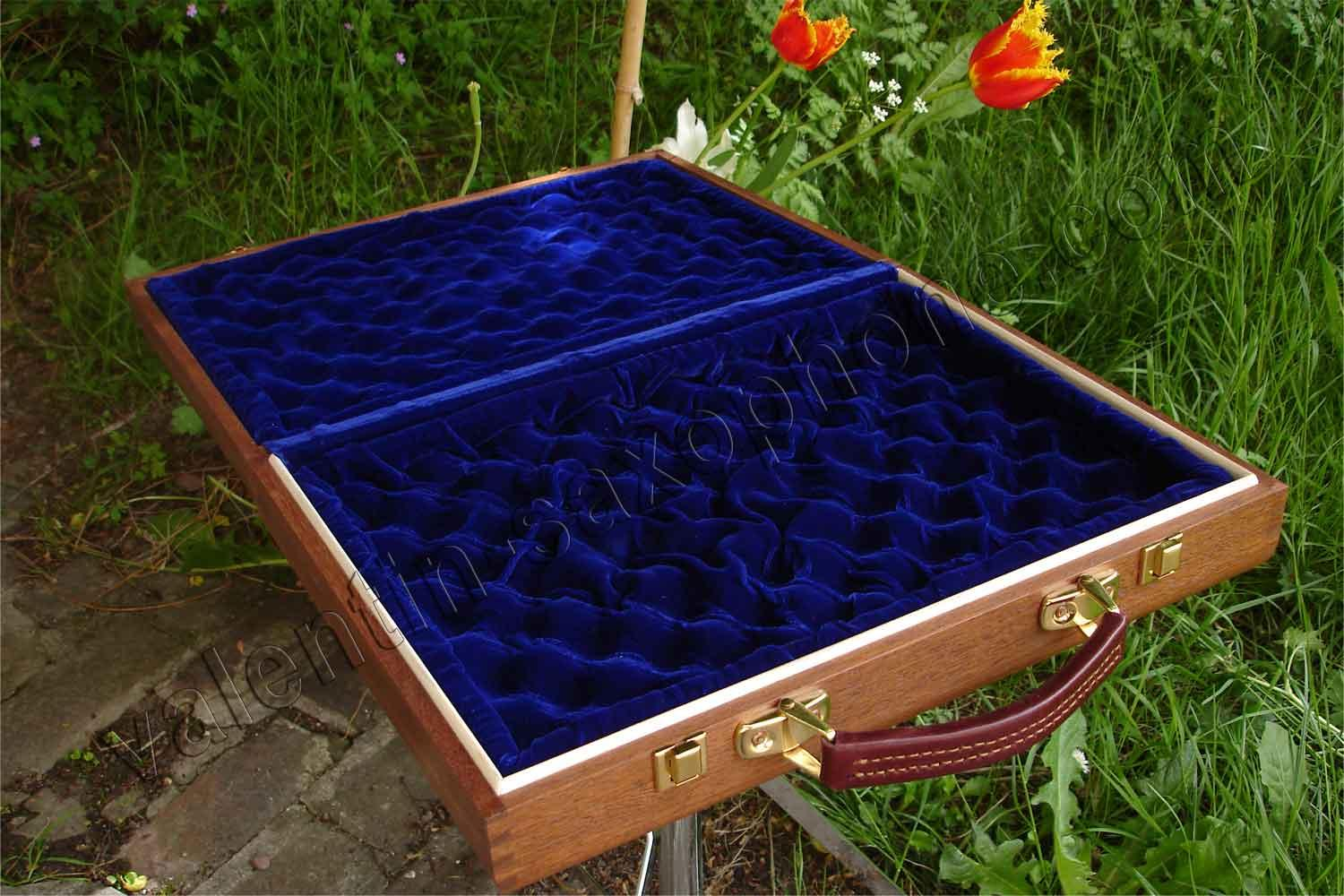 Valentin cases : A luxurious extremely soft blue velvet completes the internal arrangement.